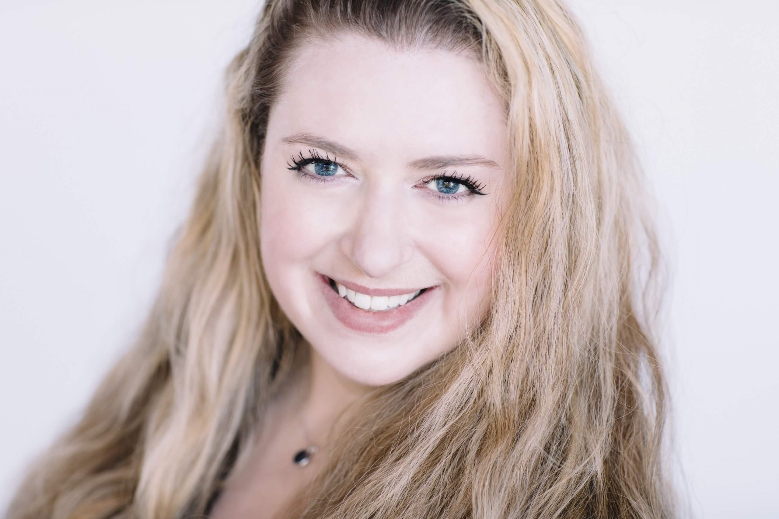 Profile photo of Jaclyn Johnston, best selling self-help author and creator of Manifest It!